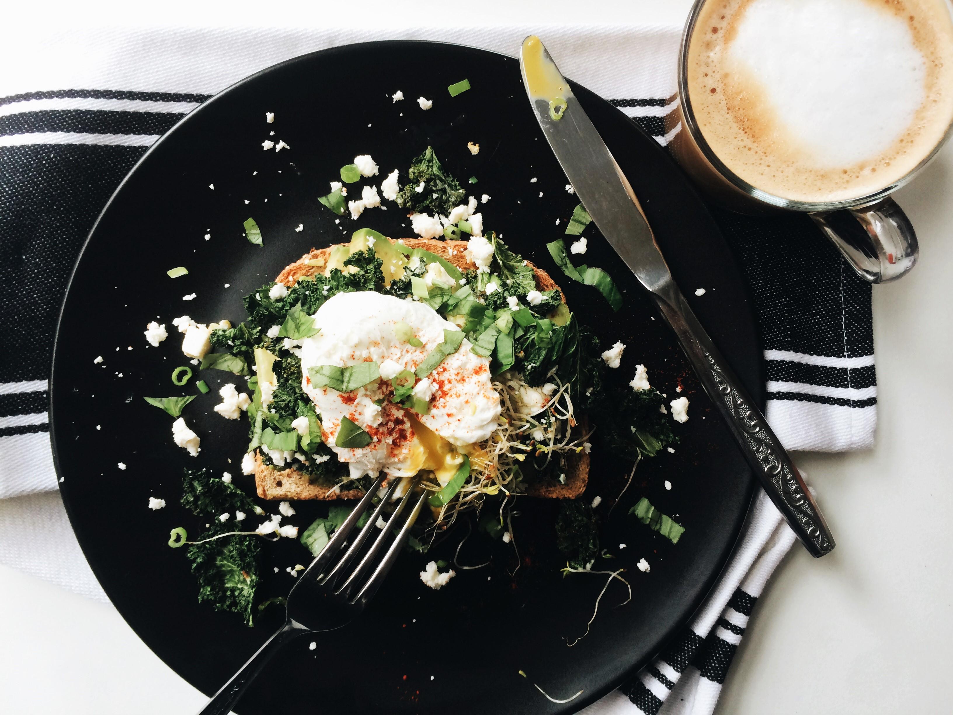 Toast à l'avocat, version améliorée   Kale, feta et basilic